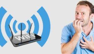 Мужчина боится излучения от Wi-Fi