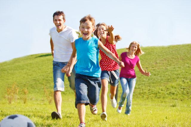 Happy-family-running